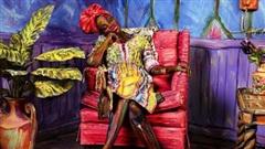 Bức tranh sơn dầu tả cảnh cô gái ngồi thẫn thờ, tưởng đơn giản nhưng ẩn chứa một sự thật có thể gây 'thót tim' cho bất kỳ ai