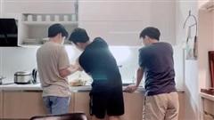Hari Won xuýt xoa trước bóng lưng của Trấn Thành cùng 2 người bạn nam khi vào bếp lúc 3h sáng