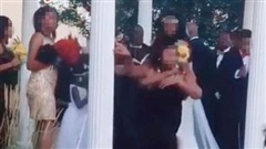 Đang tổ chức hôn lễ, cô dâu chú rể bị một vị khách không mời phá đám khiến bữa tiệc trở nên 'dở khóc dở cười'