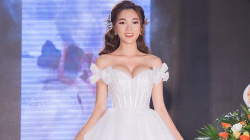 Ngọc Nữ gây chú ý khi diện váy cưới gợi cảm
