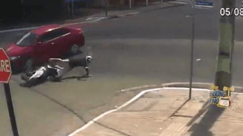CLIP: Đâm trúng ô tô giữa ngã tư, cô gái ngã thụt xuống cống khiến tất cả giật mình, hoang mang