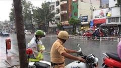 Ấm lòng với hình ảnh chiến sĩ CSGT nhường áo mưa, chở thí sinh trên mô tô đặc chủng đến điểm thi