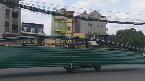 Hà Nội: Kinh hãi song hành cùng chiếc xe 'lạ' dài ngoằng, vừa đi vừa 'vẫy đuôi' trên đường
