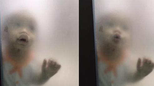 Đang ở trong nhà vệ sinh, người mẹ giật mình khi nhìn thấy hình ảnh bên ngoài cửa