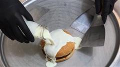 Đoạn clip biến burger thành kem cuộn đang bị dân mạng nhấn phẫn nộ kịch liệt, ai cũng nhận xét trông giống như 'một bãi nôn'?