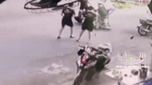 Clip: Người dân lao vào bắt thanh niên sàm sỡ phụ nữ giữa đường