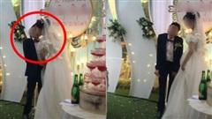 Cảnh hôn trên sân khấu đám cưới được share rầm rộ MXH: Hành động 'xấu hổ' sau đó của chú rể lại khiến dân tình hưởng ứng rần rần
