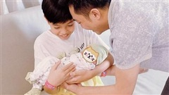 Cường Đô La khoe khoảnh khắc Subeo ẵm em gái vừa chào đời, biểu cảm của quý tử khiến dân tình 'lụi tim'
