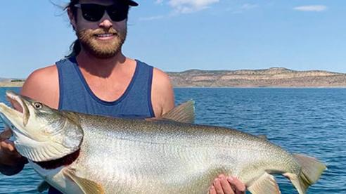 Mỹ: Câu được cá hồi siêu to khổng lồ, phá kỷ lục lưu giữ suốt 32 năm!