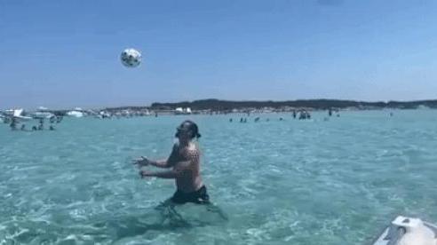 Zlatan Ibrahimovic tái hiện siêu phẩm ngả bàn đèn, chọc tức người Anh