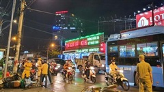 Nóng: Xe Camry cuốn một loạt xe máy ngay ngã tư ở Sài Gòn, rất nhiều người bị thương nằm la liệt trên đường