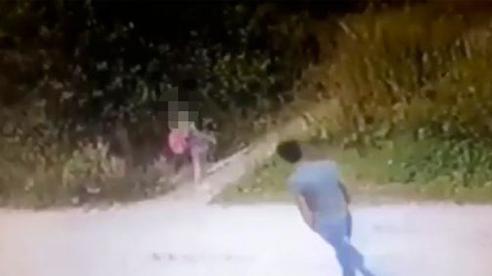 Cô bé 9 tuổi bị 1 người đàn ông lạ đi theo, những gì hắn làm sau đó khiến ai cũng kinh sợ