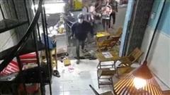 Clip: Hãi hùng nhóm người cầm hung khí vào quán trà sữa chém loạn xạ giữa phố Sài Gòn