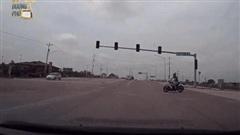 CLIP: Phóng nhanh đột ngột gặp ô tô, người đàn ông có phản xạ kì lạ khiến tất cả bất ngờ