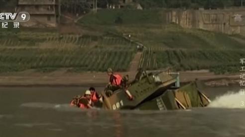 Xem thiết giáp Type 05 của Trung Quốc chìm nghỉm dưới sông