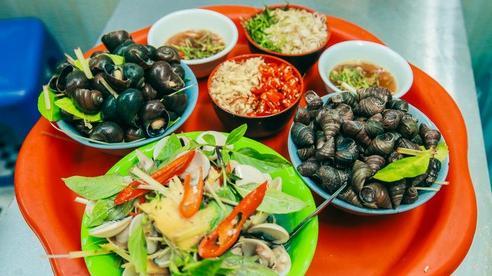 Thu về ăn gì, hãy điểm qua 3 quán ốc nóng nức tiếng Hà Thành, mở từ thời 9X đời đầu, hút khách với những món ăn vặt nóng hổi, đậm vị chua cay khó cưỡng lại