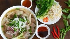 Làm bưng bê trong quán ăn Việt, chàng Tây 21 tuổi học lỏm được bí quyết nấu phở 'rất gì và này nọ' khiến cộng đồng mạng dậy sóng!