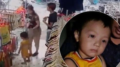 Chủ cửa hàng quần áo hốt hoảng khi biết từng đón tiếp nữ nghi phạm cùng bé trai 2 tuổi: 'Người đó ngang nhiên mua sắm như 1 gia đình'