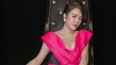 Lý Nhã Kỳ đẹp nổi bật với váy hồng rực rỡ, khoe vòng một 'nhức mắt' trên truyền hình