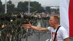 Belarus: Hàng chục nghìn người tuần hành, ông Lukashenko ngồi trên trực thăng gọi người biểu tình là 'chuột'