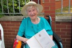 Cụ bà 107 tuổi hé lộ bí kíp đơn giản để sống thọ