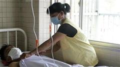 Kinh hoàng lời kể của mẹ thiếu niên bị chém đứt lìa chân phải sau vụ hỗn chiến ở Tây Ninh: Đạp thắng xe mới biết mất chân