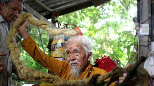 Cụ ông Việt Nam tóc dài 5 m lên báo nước ngoài