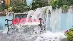 Sau trận mưa lớn kéo dài, người đàn ông ra vườn sau kiểm tra và chứng kiến cảnh tượng thác đổ ngay tại nhà