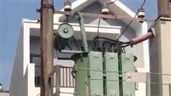Căn nhà mặt phố gây chú ý bởi chiếc 'cổng cao thế' có 1-0-2 khiến gia chủ không biết nên cười hay khóc