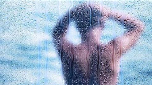 Tỉnh dậy lúc nửa đêm vì nghe thấy tiếng nước chảy, người phụ nữ phát hoảng khi thấy kẻ lạ đang tắm trong nhà