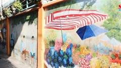 Mảng tường dài hơn 40m được vẽ trang trí khiến người dân quận 10 thích thú