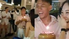 Linh Rin vỡ òa khi được Phillip Nguyễn và hội bạn tổ chức sinh nhật, chàng chỉ đứng đằng xa nhưng ánh mắt nói lên tất cả