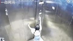 Đến thăm bà ngoại, bé gái 3 tuổi hoảng loạn khi mắc kẹt trong thang máy rồi ngã từ tầng 8 tử nạn, hình ảnh do camera ghi lại gây ám ảnh