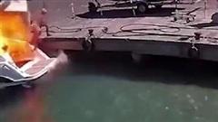 Du thuyền đột nhiên phát nổ thổi bay người phụ nữ xuống biển