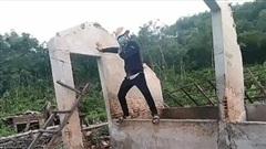 """Diễn màn vận khí công làm đổ tường, nam thanh niên nhận cái kết """"gậy ông đập lưng ông"""""""