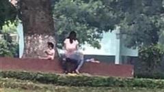 Hình ảnh gây sốc ở công viên Thủ Lệ: Cặp đôi thản nhiên làm hành động 'nhạy cảm', mặc cho có trẻ nhỏ ngồi chơi ngay bên cạnh