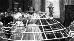Bức ảnh khiến nhiều người hiểu lầm cô gái bị bạo hành nhưng ẩn chứa sự thật về thứ trang phục 'Tử thần' từng giết chết gần 3.000 phụ nữ