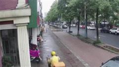 Clip: Nữ tài xế lùi xe, húc văng shipper vào ngôi nhà bên đường