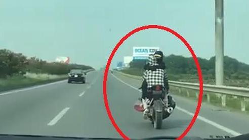 Kiểu ngồi của cặp đôi chạy xe máy khiến người đi đường 'toát mồ hôi lạnh'