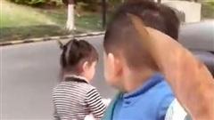 Đang đi dạo trên đường thì bắt gặp 1 cô bé xinh đẹp, phản ứng của bé trai khiến mẹ bò lăn ra cười