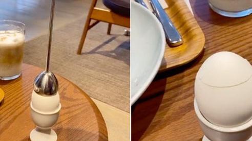Dụng cụ lột vỏ trứng chỉ được dùng trong các nhà hàng sang trọng, cách hoạt động cũng 'gây lú' không kém vẻ bề ngoài