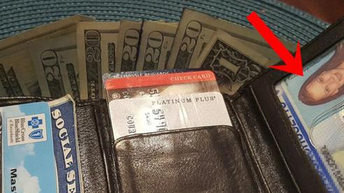 Tìm thấy chiếc ví bị mất 8 năm trước, người phụ nữ chưa hết ngạc nhiên lại thêm bất ngờ khi nhìn vào trong, đặc biệt là mẩu giấy viết lời tiên tri