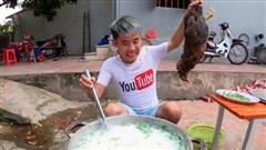 Con trai bà Tân Vlog bị phản ứng gay gắt vì luộc gà nguyên lông, đã mất vệ sinh lại lãng phí
