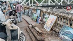 Gặp người họa sĩ già bày bán tranh trên cầu Long Biên: 'Tôi vẽ tranh, bán với mức giá bình dân, trừ tiền màu, họa phẩm, vẫn còn chút đong gạo'