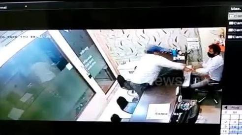 Ấn Độ: Kẻ trộm tung bột ớt vào chủ cửa hàng vàng để cướp
