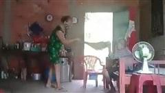 Vụ bà cụ bị hành hạ ở Long An: 'Thay vì can ngăn mẹ đánh bà ngoại, cô gái đã quay lại sự việc'?