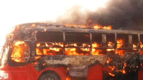 Xe khách bất ngờ bốc cháy trong đêm, 21 người kịp thời thoát nạn