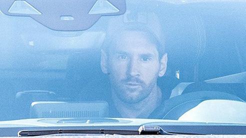 Messi tập buổi đầu tiên cùng Barca sau lùm xùm đòi ra đi, lại còn là người đến sớm nhất đội