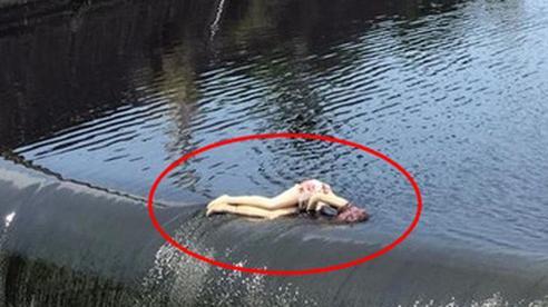Cô gái nằm giữa đập nước trong tình trạng nguy kịch dọa người đi đường khiếp sợ, cảnh sát có mặt mới vỡ lẽ danh tính của 'người gặp nạn'