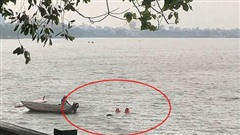 Đi chơi không xem thời tiết, đôi bạn bị lật thuyền 'sấp mặt' ở hồ Tây vì Hà Nội bất ngờ mưa lớn